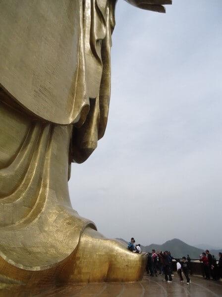 pies del monumento Primavera Templo del Buda